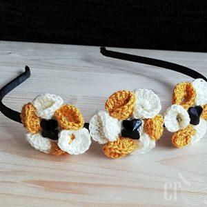cordeluta crosetata manual cu flori aplicate