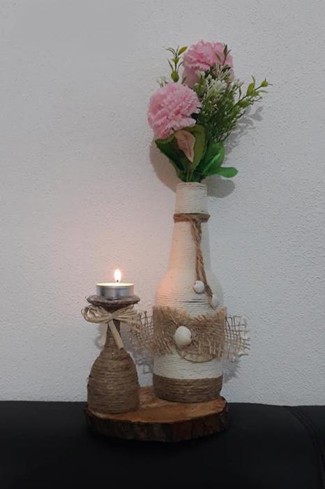 Vază cu suport de lumânare aprinsă
