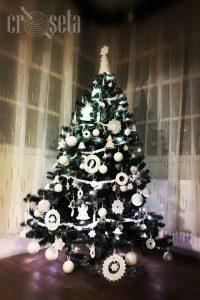 Brad de Craciun cu ornamente albe crosetate manual