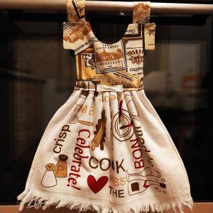 Prosop decorativ tip rochiță - cu mesaje și obiecte din bucătărie