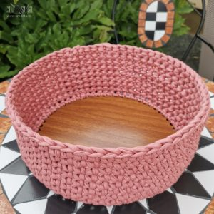 Coșuleț rotund croșetat pe bază din lemn, Roz prăfuit (25x10cm)
